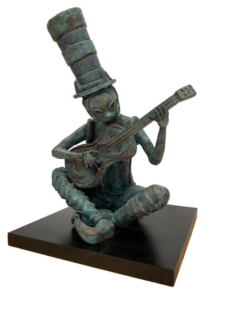 """Isaac Montes, """"Guitarrista de los sueños"""", Escultura en bronce, Medidas 36 x 27 x 25 cm"""